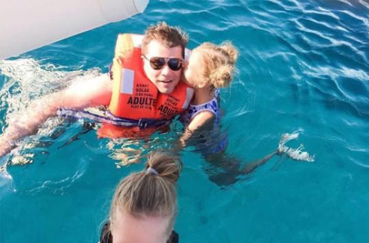 девочка плавает голой